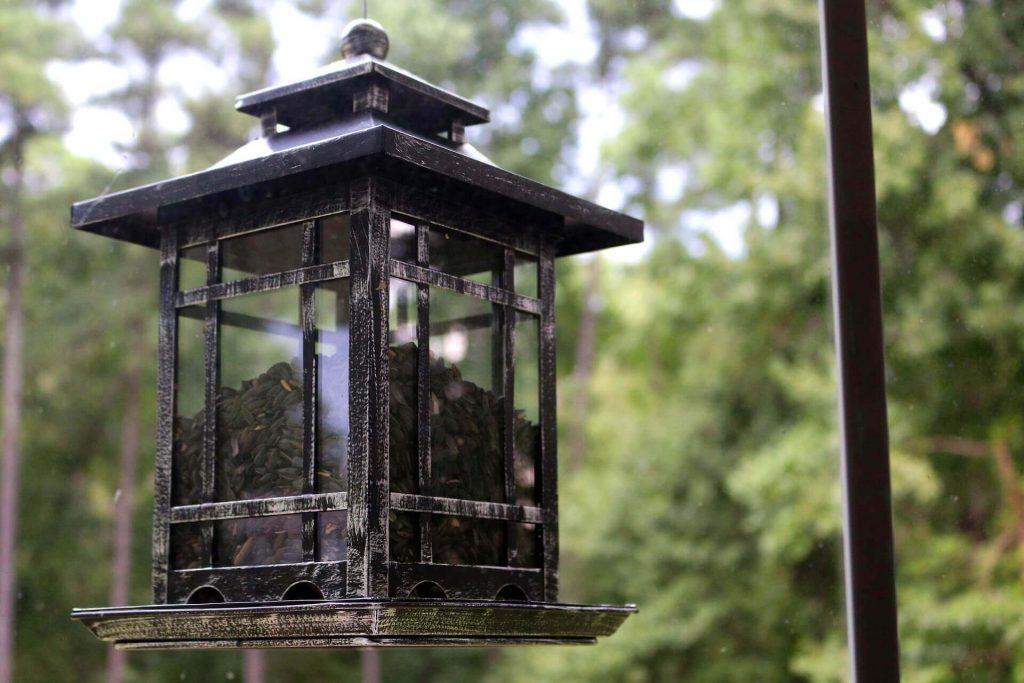 Садовая закрытая кормушка в виде фонаря