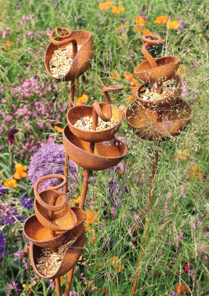 Кованные кормушки для птиц в саду