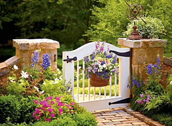 Красивые калитки в саду: фото