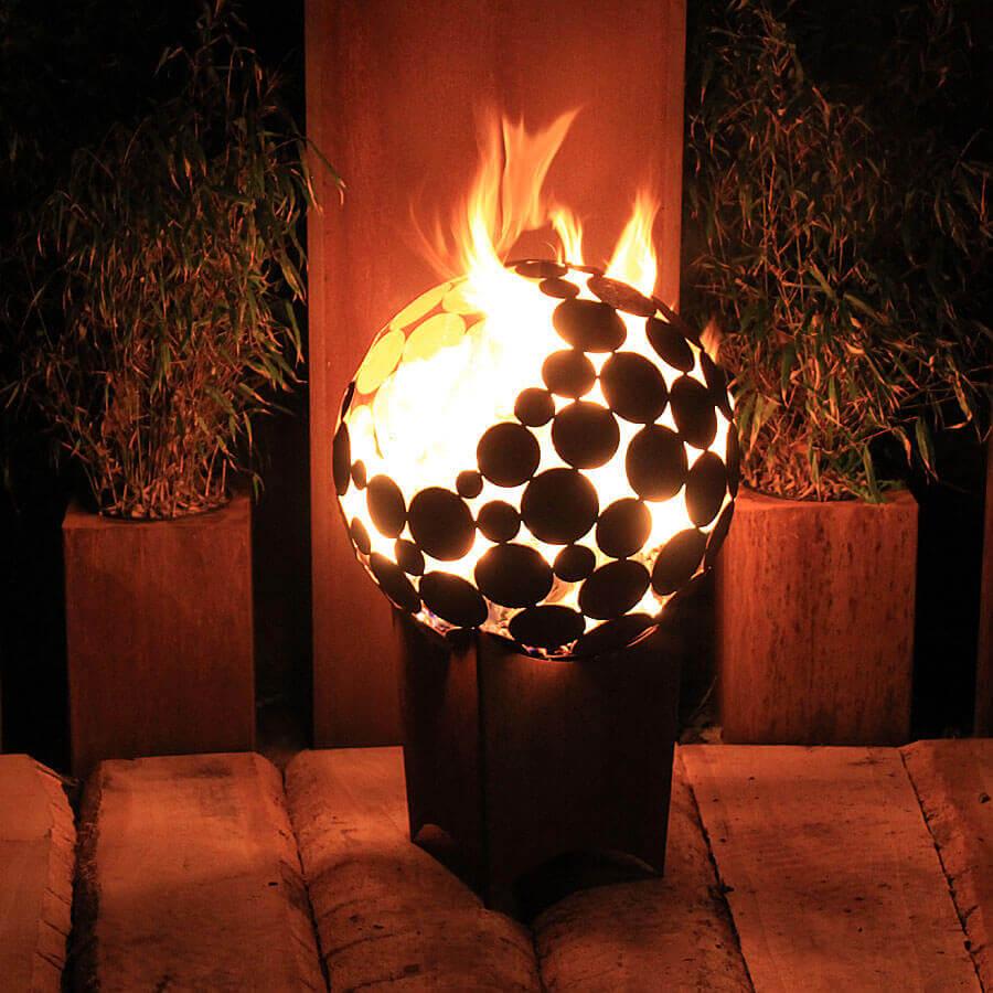 Дизайнерские огненные шары в саду