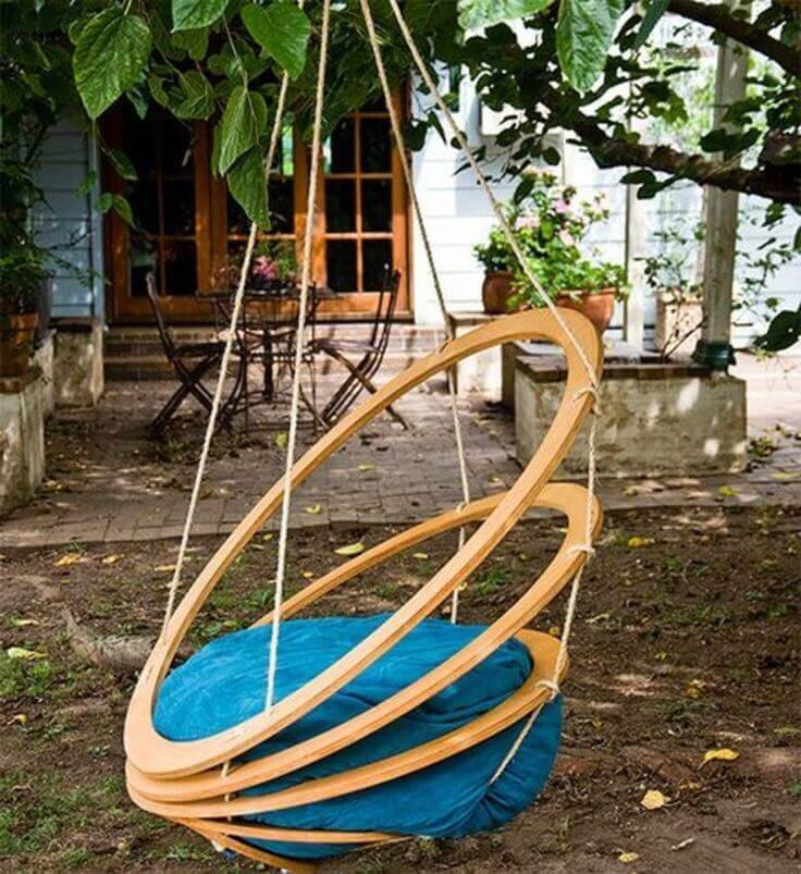 Красивые подвесные кресла в саду