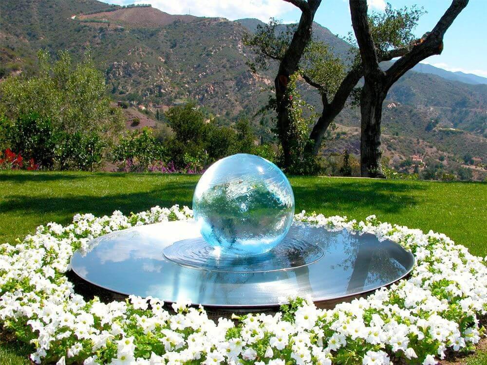 Оригинальное решение: чаша с водой и прозрачный шар