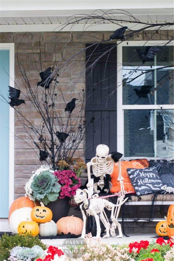 Декор у входной двери на Хэллоуин