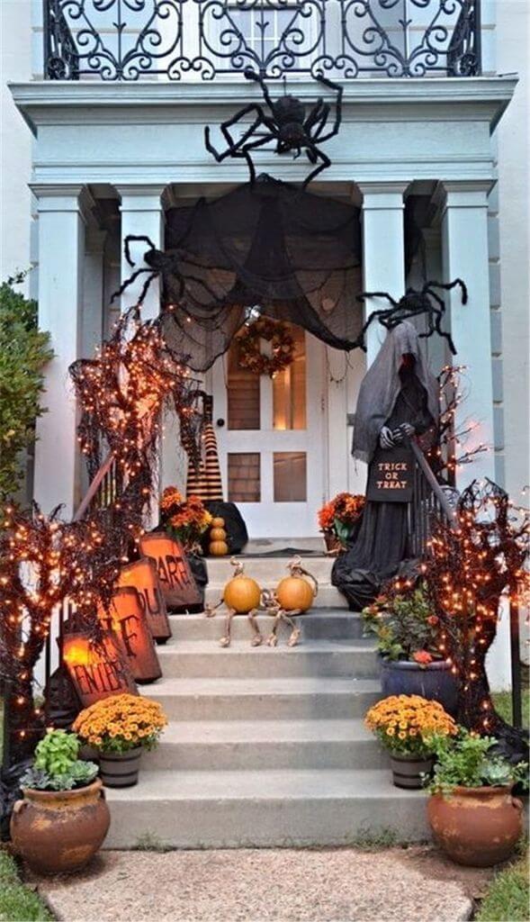 Украшение входа в дом на Хэллоуин